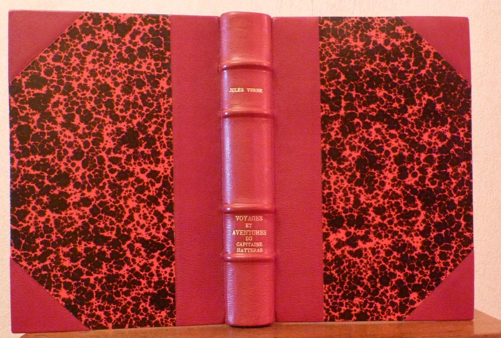 Vue de la reliure ouverte de face (demi-cuir à coins et papier Annonay rouge)