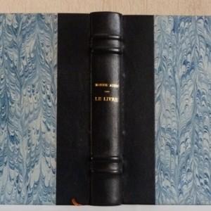 """Demi-cuir bleu, reliure simple. Il s'agit de la """"bible de l'ordonnateur d'un livre."""