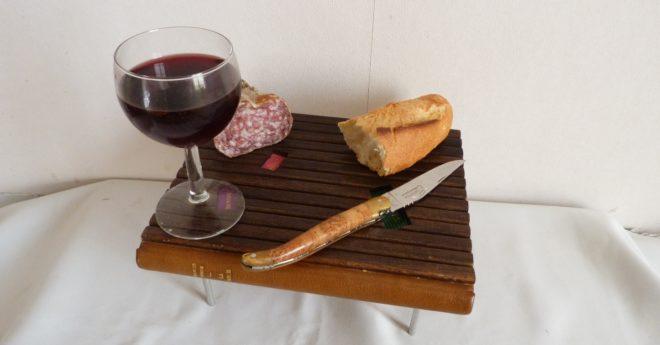 La table en support de repas.