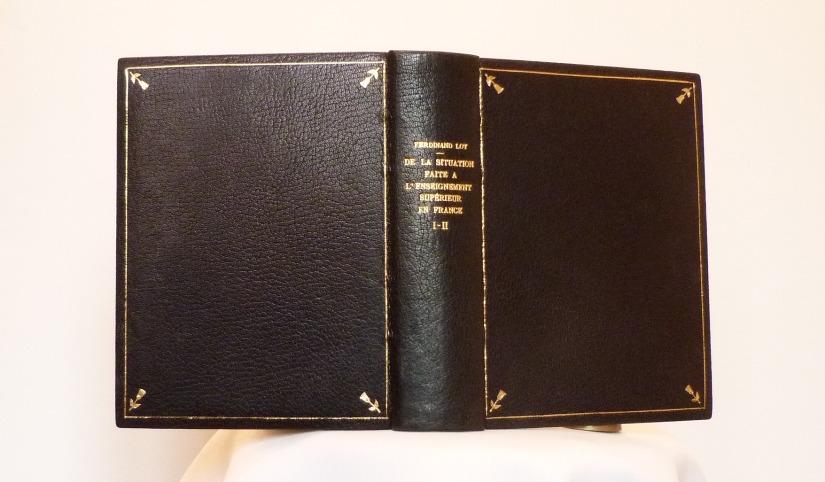 Dos du livre avec plats ouverts.