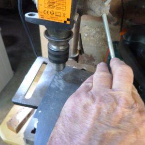 Passage des ficelles à l'aide d'une peceuse à colonne.