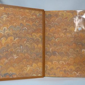 Gardes en papier marbré main. Plein cuir beige clair, mosaîques cernées beige foncé, collage d'oiseaux d'Escher avec opposition des beiges.