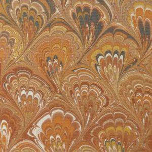 Détail du papier marbré. Plein cuir beige clair, mosaîques cernées beige foncé, collage d'oiseaux d'Escher avec opposition des beiges.
