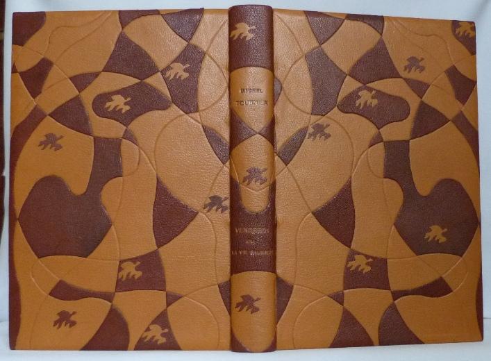 Envol des oiseaux. Plein cuir beige clair, mosaîques cernées beige foncé, collage d'oiseaux d'Escher avec opposition des beiges.