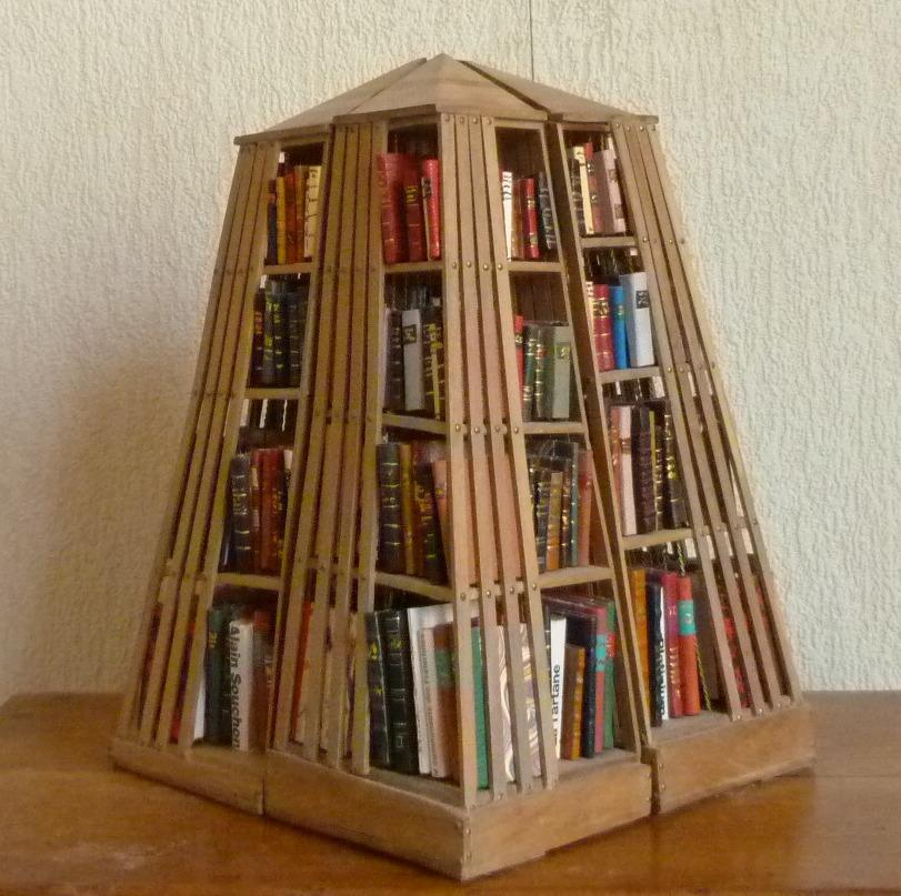 Bibliothèque pyramidale à base carrée formée de quatre pyramides droites