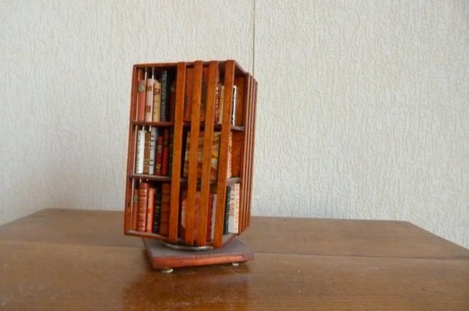 Bibliothèque Anglaise, tournante, contenant sur 3 niveaux une centaine de Mini-livres