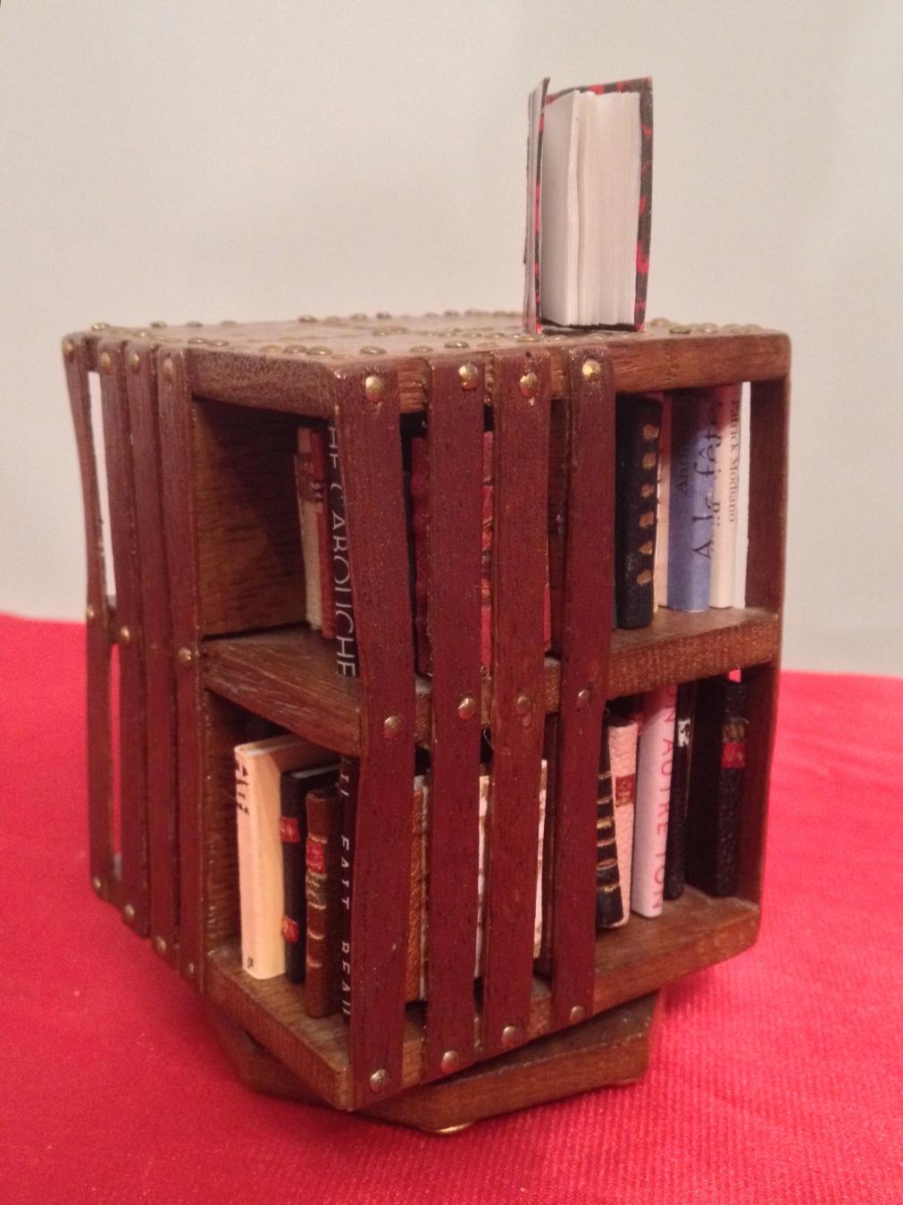 Mini bibliothèque Anglaise tournantr, base carrée de 7 cm de côté, hauteur 11cm, contenance : 61 mini_livres