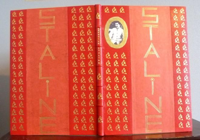 """demi-cuir-à bandes rouge sang orné d'une photo de Staline et d'une centaine de """"faucilles et marteau"""""""