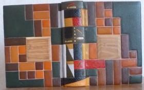 Reliure plein cuir entièrement mosaïquée de carrés de cuir de différentes couleurs avec au centre un carré de bois d'acacia