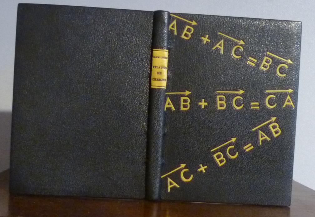 plein cuir noir rehaussé de mosaïques jaunes stylisant des relations de Chasles pour les vecteurs, toutes fausses