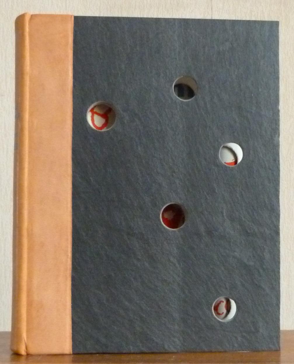 Reliure demi-cuir beige avec plats en ardoise percés de trous - Vue de face de la reliure