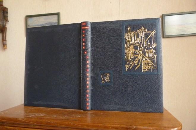Plein cuir bleu nuit, décor aux petits fers représentant une gravure du livre. San-francisco