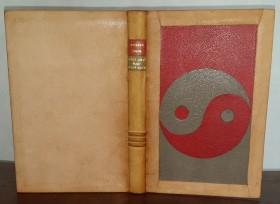"""reliure plein cuir beige, dos passé, plat antérieur orné du signe """"ying-yang"""" en chagrin rouge et gris"""