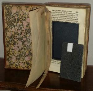 Au coeur du livre, une clé USB grand luxe en Galuchat noir dans un écrin de cuir