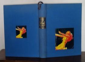 reliure en tissu bleu avec incrustations photos femme se balançant