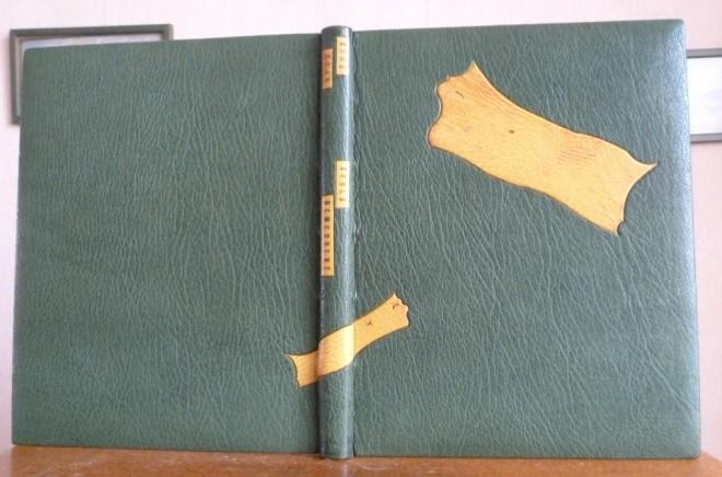 Plein cuir vert, mosa¨ques non -figuratives en oasis jaune, reprise au verso des plats de ces motifs en couleurs inversés et en papier à la cuve