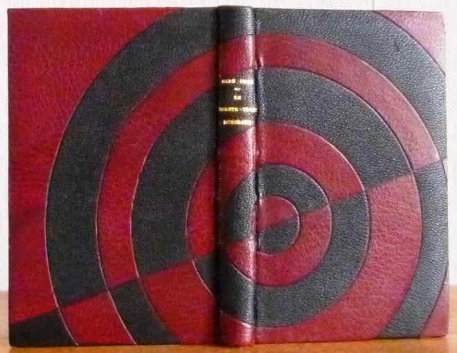 Plein cuir noir, mosaïques semi-circulaires en cuir bordeau, chemise étui