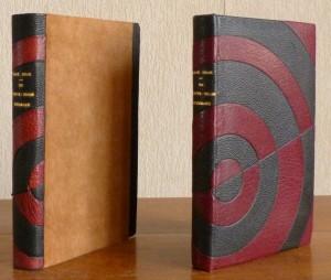 Plein cuir noir, mosaïques semi-circulaires en cuir bordeau, chemise étui, livre+chemise