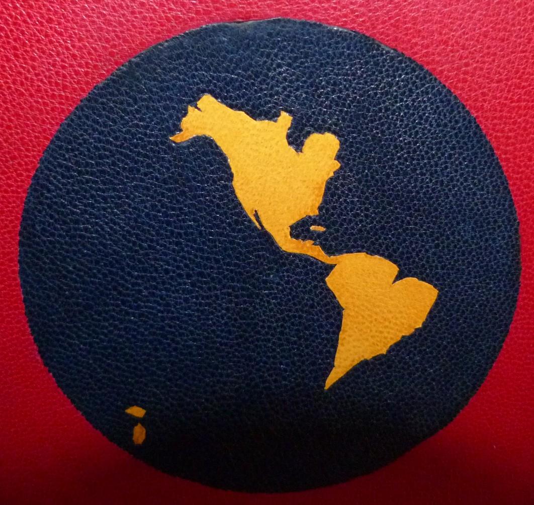 Plein cuir rouge à décors aux petits fers en oasis jaune représentant deux faces de la mappemonde, téte dorée, 5 nerfs double, décor plat postérieur