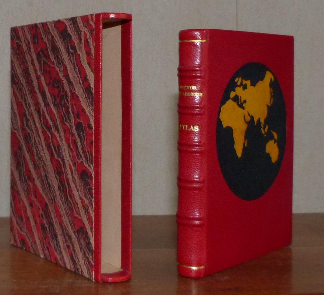 Plein cuir rouge à décors aux petits fers en oasis jaune représentant deux faces de la mappemonde, téte dorée, 5 nerfs double, boite
