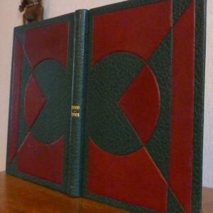 Plein maroquin vert orné de mosaïques cernées, bombées, géométriques de chagrin bordeau