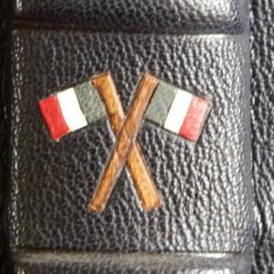 Demi cuir bleu, cinq nerfs, mosaïques représentant deux drapeaux français croisés entre le nerf 3 et le nerf4, tranchefile bleu, blanc et rouge. (détail)