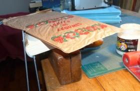 Cambrage des cartons grace à la pause de papiers kraft fin, imbibés de colle de pate.