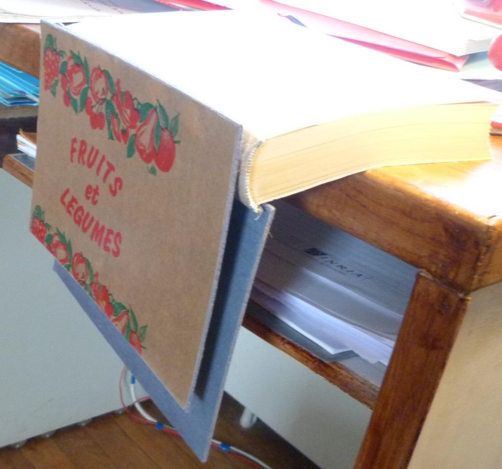 Cambrage des cartons grace à la pause de papiers kraft fin, imbibés de colle de pate