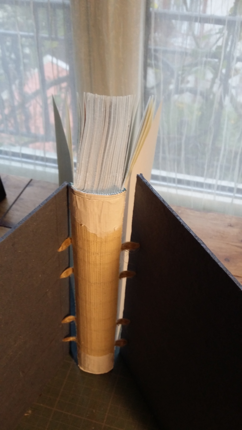 15-Après la fixation de la tranchefile et avant la pose des papiers kraft