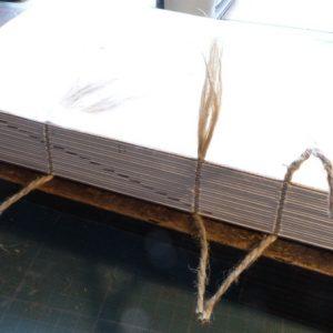 Efilochage des ficelles à la pointe de cartonnier.