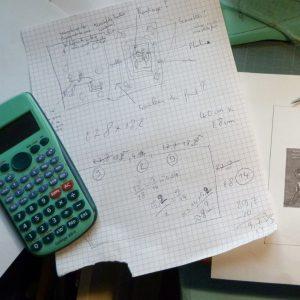Feuille avec calculs mathématiques et calculatrice Casio