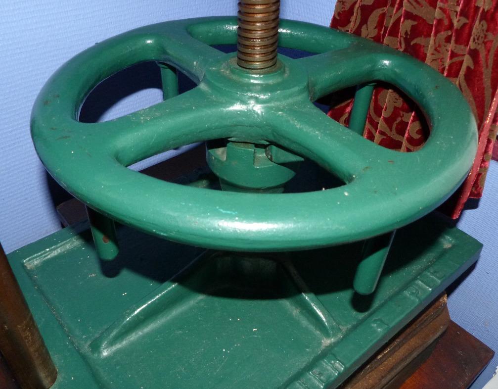 Volant d'une presse de reliure verte