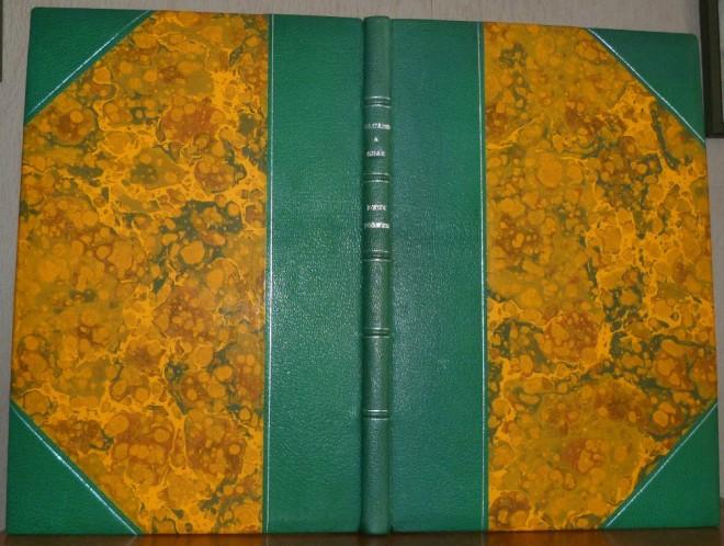 Demi-cuir à coins, vert,papier à la cuve à dominante jaune, filets argentés sur les plats, cinq nerfs bordés de filets argentés, titre argenté.