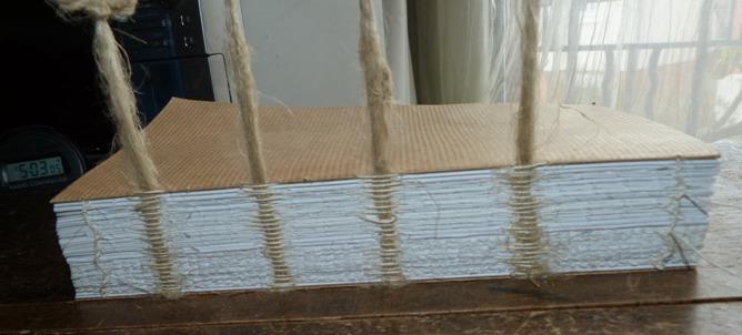 Technique de la reliure de feuilles simoles. Couture sur ficelles dédoublées.