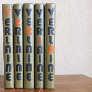 Huit tomes des oeuvres complètes de Verlaine, demi-cuir vert à bandes, VERLAINE mosaiqué sur le dos à la chinoise, en noir, chaque lettre étant succéssivement en orange sur les 8 tomes.