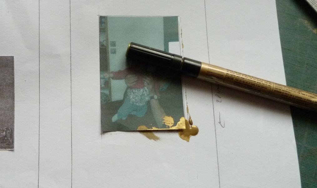 Stylo doré qui fuit sur une photo