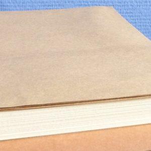 Vue des feuillets du livre, recouverts de papier kraft