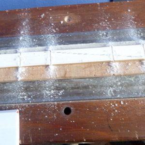 Le dos des feuillets du livre a été scié 4 fois pour prévoir le passage des coutures