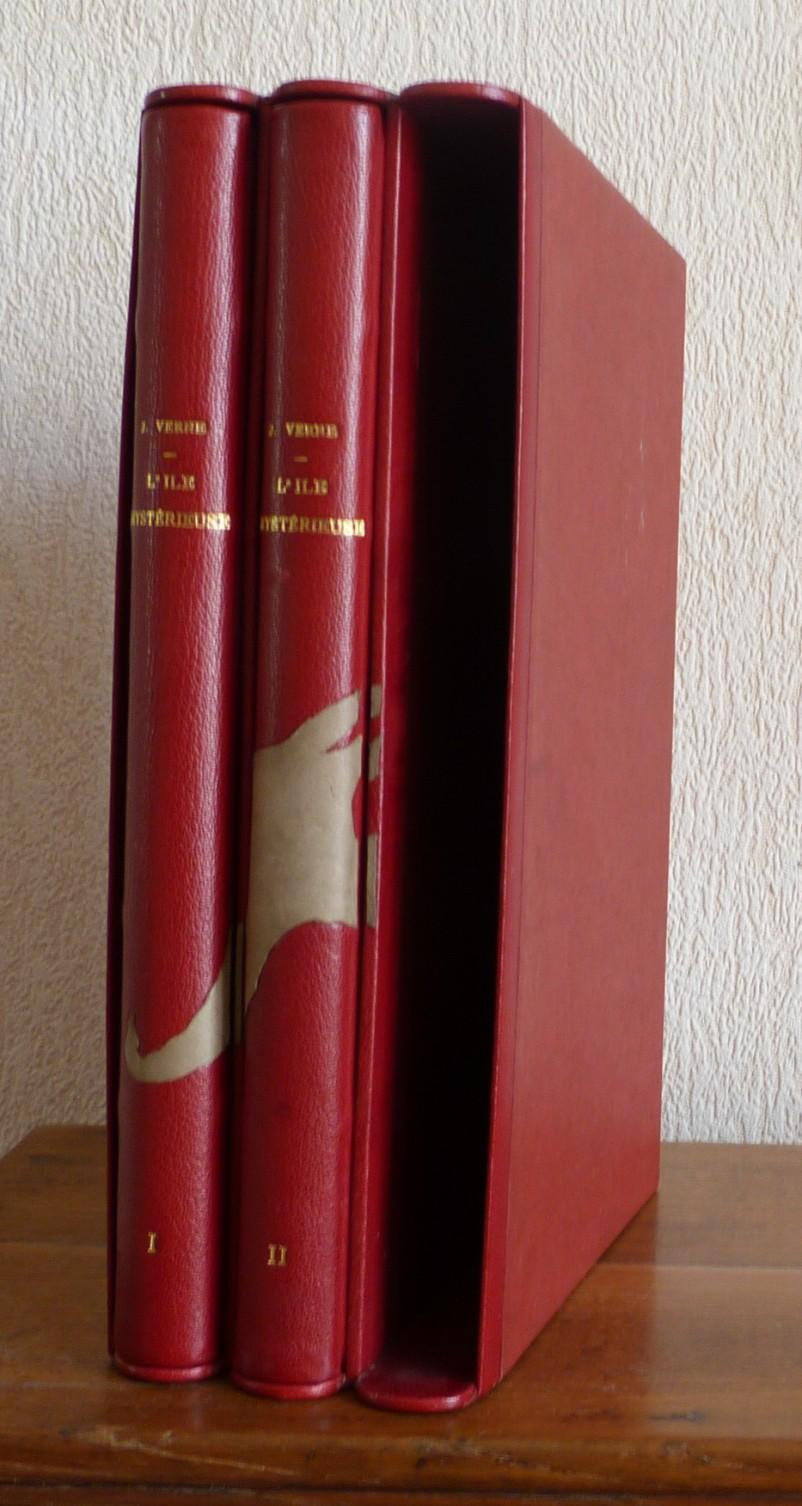 Etui triple contenant les 2 premiers tomes reliés en cuir rouge