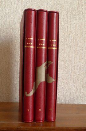 Les 3 reliures en cuir rouge sont réunies au sein de la même boîte