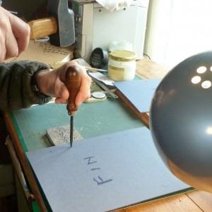 Etat du livre avant la pose de la tranchefile chapiteau. Percage des plats pour passer les ficelles.