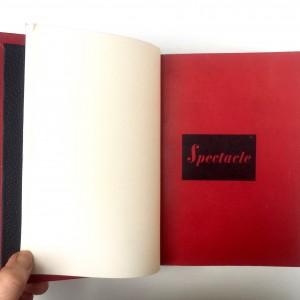 Plein cuir rouge, mosaïques noires évidéées représentant à l'identique le titrage du livre, tranchefile chapiteau bicolore rouge et noire, plats en cuir noir, charnieres en cuir, étui. Une de couverture.