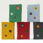Recette pour faire un mini-livre (2.9cm x2.1 cm), plein-cuir, décoré de disques faits à l'emporte pièces. (I)