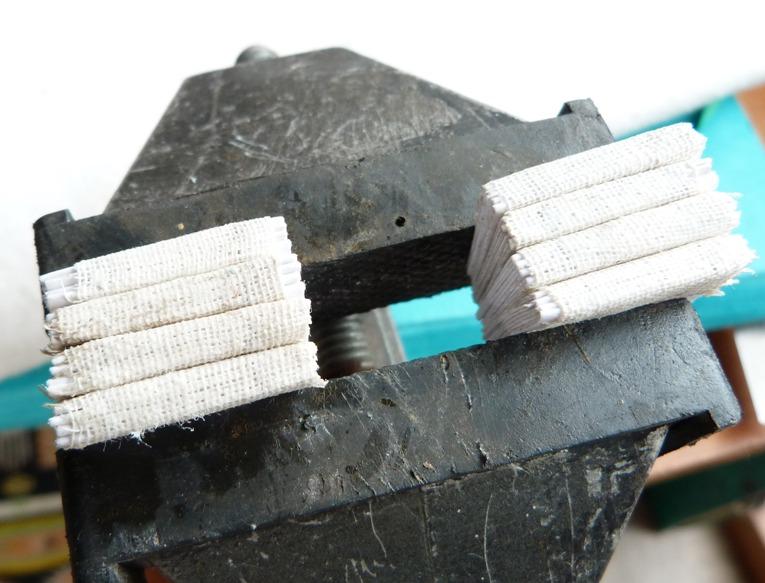 Mini-livres, plein-cuirs de différentes couleurs avec incrustations, à l'emporte pièce circulaire, de différentes couleurs.
