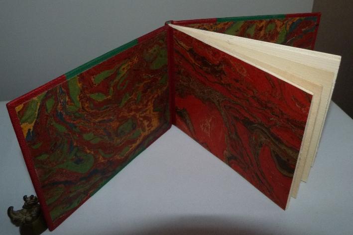 Demicuir-rouge avec 2 larges bandes vertes et rouges, multiples faucilles et marteaux sur les plats, verte sur fond rouge et rouge sur fond vert.
