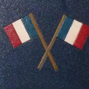 Drapeaux Français sur le plat antérieur. Plein cuir bleu de cet ouvrage patriotique, titre, mosaïque, tranchefile et gardes tricolores (bleu-blanc-rouge)