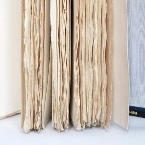 Marges conservées, plein-cuir noir,grands caissons et fleurons dorés en coins, sur chaque plat, gardes en soie (moire) grise, listels bleus, tranchefile chapiteau bicolore noire et blanche, boite. Exemplaire sur Whatman.