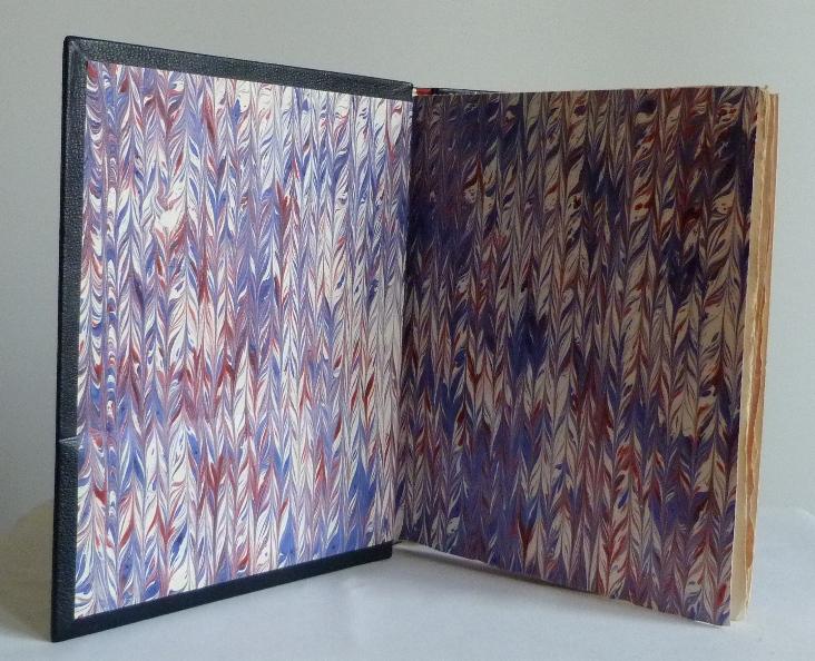Gardes en papier cuve tricolore. Plein cuir bleu de cet ouvrage patriotique, titre, mosaïque, tranchefile et gardes tricolores (bleu-blanc-rouge)