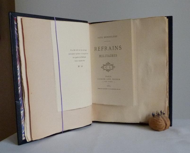très grandes marges. Plein cuir bleu de cet ouvrage patriotique, titre, mosaïque, tranchefile et gardes tricolores (bleu-blanc-rouge)