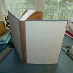 S2E04 – «L'art d'être grand-père», de la pose de la tranchefile à la découpe du cuir.
